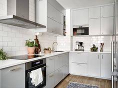 En fin och välplanerad landshövdingehustrea med härligt ljusinsläpp. Eftermiddagssolen strålar in genom fönstren i köket och barnrummet medan vardagsrummet och sovrummet har förmiddagssol. Originaldetaljer såsom spegeldörrar, skafferi och inbyggda garderober har bevarats, och i hallen och rummen är brädgolven framtagna. Skicket är väldigt gott och hela lägenheten, inklusive köket och badrummet, totalrenoverades i november/december.