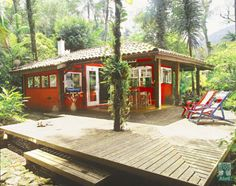 A casa no litoral de São Paulo teve suas obras iniciadas em janeiro de 1992. E os donos supercaprichosos fazem que com ela esteja sempre com cara de nova. O projeto é do arquiteto Guga Alayon.