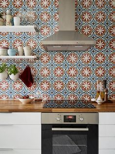 Interior inspiration: This Scandinavian apartment is decorated with some bold features and authentic details. Have a look for more inspiring interior ideas. Cool Kitchen Gadgets, Cool Kitchens, Scandinavian Apartment, Scandinavian Style, Kitchen Tiles Design, Interior Decorating, Interior Design, Decoration, Colorful Interiors