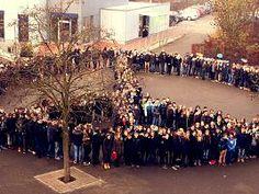 Auf dem Schulhof bildeten die Schüler des Lise-Meitner-Gymnasiums in Willich das Peace-Zeichen. 02.12.2015