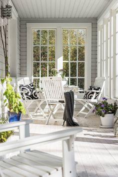 Katettu terassi on kuin lisähuone kevät- ja kesäaikaan. Siellä mahtuu kasvattamaan taimia sekä istumaan ja nauttimaan kevään ensimmäisistä auringonsäteistä. Kalusteet ovat Eevan siskolta, Ulla-Marilta, ja tyynyt ja huopa Ikeasta. Lattia on tehty höylätyistä lattialaudoista ja käsitelty valkoöljyllä.