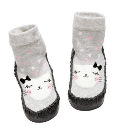 Light gray/cat. Jacquard-knit slipper socks with soft terry inside, imitation leather trim, and soft leather soles.