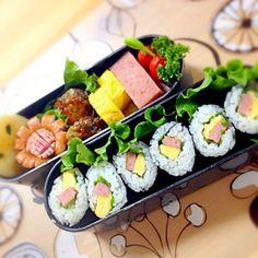 """パパ弁当2日目。 お弁当って迷うねー スパムがあったから、スパム巻き寿司‼ で、おかずもスパムと玉子〜( ⌒⃘ཽ⃜ ◞ළ̆◟ ⌒⃘ཽ⃜ ) Շ""""ਭ꒭ね~❤⃛…"""