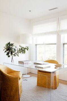 Home Interior Contemporary We asked a feng shui expert to tell us how to lay out a home office for maximum productivity and creativity. Pick up these feng shui office ideas. Home Office Layouts, Home Office Space, Home Office Design, House Design, Office Ideas, Office Inspo, Office Designs, Feng Shui House, Feng Shui Bedroom