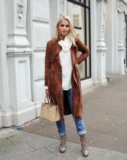 Caroline Daur looks ultra cute in ths winter outfit, consisting of a brown suede coat, a chunky knit sweater, and striking faux crocodile skin boots! Coat: Gestuz, Jumper: Benetton, Jeans: Levi's 712, Shoes: Mango, Bag: Prada.