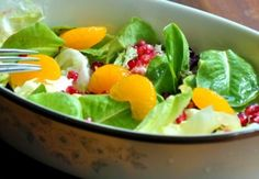Green Salad With Pomegranate and Mandarin Oranges. Serve this salad with the Light Balsamic Vinagrette recipe to create the freshest of flavors. Mandarine Recipes, Lucky Food, Vinegar Salad Dressing, Whole Food Recipes, Healthy Recipes, Healthy Foods, Free Recipes, Clean Eating, Vegetarian