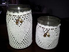 Weckflessen met gehaakt jasje. Candle Lanterns, Candles, Crochet Decoration, Jam Jar, Bottle Cover, Glass Holders, Carafe, Small Gifts, Crochet Hooks