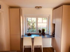 EINFAMILIENHAUS Modell: Vida 01 Farbe: Sand. Platte: Beton. Geräte: Miele. Table, Furniture, Home Decor, Detached House, Bathing, Model, Interior Design, Home Interior Design, Desk