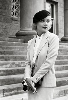 Carole Lombard devant un palais de justice, la finalisation de son divorce à William Powell, 1933