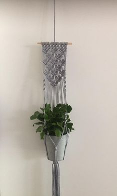 Charming Hanging Plants ideas to Brighten Your Patio – Gardening Decor Macrame Plant Hanger Patterns, Macrame Wall Hanging Diy, Macrame Plant Holder, Macrame Curtain, Macrame Art, Macrame Projects, Macrame Patterns, Plant Holders, Macrame Knots