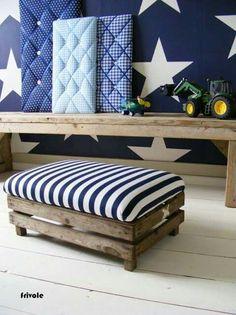 Cajon de madera , con almohadon para ser usado como asiento