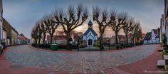 Schleswig-Die Fischersiedlung Holm ist eine der Sehensw�rdigkeiten der Stadt Schleswig. In ihrem Zentrum liegt ein der kreisrunde Friedhof mit einer kleinen Kapelle. Rundherum stehen die Fischerh�user, die dann auf der anderen Seite direkt an der Schlei enden. Die Besonderheit an den Fischerh�usern ist der l�ngliche Grundri� mit einem schmalen Giebel. Dadurch hatte man einen langen schmalen Dachboden, auf dem man im Winter exellent die Netze trocknen konnte.