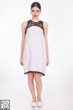 Платье льняное, белого цвета, ровное, черное кружево вверху и внизу, сзади молния, карманы. Barbara Alvisi. Италия