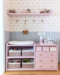 Quarto infantil com tons de rosa e cinza, papel de parede, cômoda rosa Baby Bedroom, Baby Room Decor, Nursery Room, Kids Bedroom, Girl Nursery, Baby Storage, Baby Room Design, Star Wars Baby, Baby Furniture