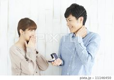 女性に指輪を渡す男性