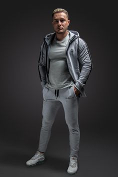 Unsere Pants bieten perfekten Komfort während dem Sport und sind atmungsaktiv. #milary #pants #gym #gymmotivation #mensstreetstyle Basic Grey, Yoga, Grey Pants, Komfort, Fitness, Sporty, Style, Fashion, Fitness Wear