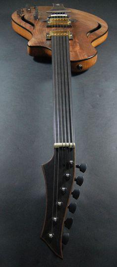 Une merveilleuse création du luthier Bruce Basler datant de 2013. La Custom Fretless Dragonfly #134. Retrouvez des cours de guitare d'un nouveau genre sur MyMusicTeacher.fr