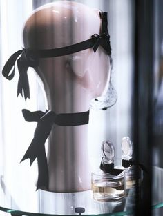 Loup et collier ruban, flacons de parfum « Osez-moi » Chantal Thomass.