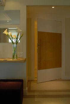 Porta de entrada e puxador revestidos de couro