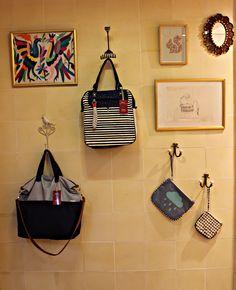 Nos encantan las estampas marineras, tenemos bolsos y accesorios con las tipicas rayas, anclas, colores y estilo Navy.