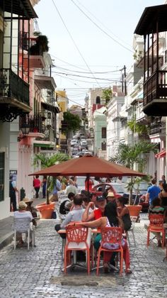 Diners enjoy a meal on Calle del Cristo (Street of Christ) near Parque de las Palomas (Pigeon Park) in Old San Juan. (Robert K. Hamilton/Baltimore Sun)