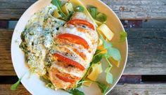 Kip Caprese: Kipfilet gevuld met mozzarella, tomaat en basilicum, met pestoroomsaus uit de oven, met tagliatelle en rucola