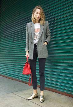 O jeans cinza pode ser muito cool. Blazer cinza, t-shirt estampada, calça jeans cinza, oxford dourado, bolsa vermelha