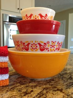 Friendship mixers More Vintage Pyrex is highly collectible ! This is a great primer on Pyrex for those who want to collect Pyrex Vintage, Vintage Kitchenware, Vintage Bowls, Vintage Dishes, Vintage Glassware, Pyrex Set, Pyrex Bowls, Rare Pyrex, Plywood Furniture