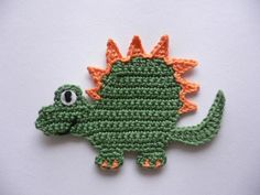 Applikation aus 100 % Baumwollgarn, waschbar bis 40°. Das Auge ist aus Filz aufgestickt. Breite einschl. Schwanz ca. 13 cm Höhe einschl. Füße ca. 9 cm Crochet Rug Patterns, Crochet Quilt, Crochet Motif, Crochet Designs, Crochet Flowers, Crochet Stitches, Crochet For Boys, Crochet Baby, Knit Crochet