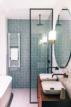 Moderne badkamer met blauwe tegels. #badkamer #tinten #tegels #inspiratie Bron: onbekend