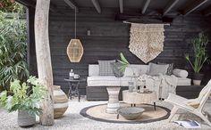 Tuinbank in de veranda in safaristijl | Garden bench on the porch in safari style | vtwonen 08-2017 | Fotografie Alexander van Berge | Styling Cleo Scheulderman