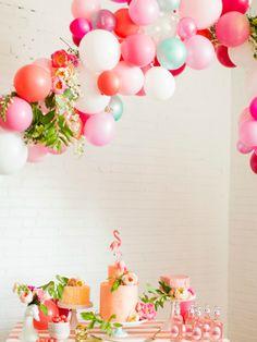 corona de flores y globos para fiestas
