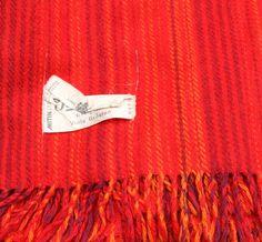 Blå pläd, röd filt, Viola Gråsten. 2 plädar, rosarandiga, Christina Westman.