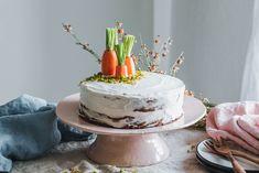Ein leckerer, saftiger veganer Karottenkuchen mit Walnüssen und einem cremigen Frischkäsetopping, der auf jeder Kaffeetafel eine gute Figur macht – nicht nur zu Ostern!
