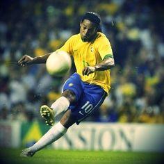 Ronaldinho chyba potrafił wszystko, nawet rzuty wolne wykonywał na światowym poziomie • Ronaldinho podczas wykonywania rzutu wolnego >> #ronaldinho #football #soccer #sports #pilkanozna #futbol