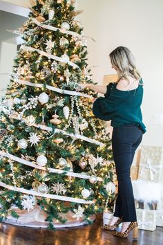 How to Decorate your Christmas tree | Curls and Cashmere
