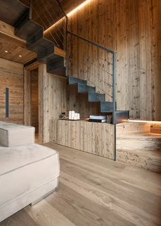 The modern interior remodeling ideas actualizes innovative thoughts and methods that are connected to the structure and features the physical part of the… Rustic Staircase, Staircase Design, Chalet Interior, Modern Interior, Condo Decorating, Interior Decorating, Interior Designing, Modern Lounge Rooms, Modern White Bathroom
