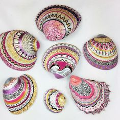 Get inspired with 20 painted sea shell crafts and shell designs. It's easy to decorate your favorite shells and turn them into beautiful shell art. Seashell Painting, Seashell Art, Seashell Crafts, Beach Crafts, Stone Painting, Painting On Shells, Seashell Projects, Driftwood Projects, Driftwood Art