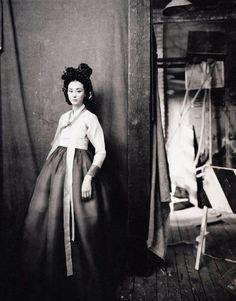 한복 Hanbok / Traditional Korean dress, old photography style Korean Hanbok, Korean Dress, Korean Outfits, Korean Clothes, Korean Traditional Dress, Traditional Fashion, Traditional Dresses, Asian History, Women In History