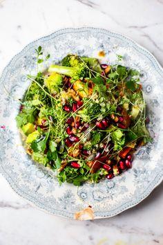 vegan and gluten free quinoa, broccoli, cress, sweet potato, avocado and pomegranate salad - insalata di quinoa, broccoli, patate dolci, avocado e melagrana