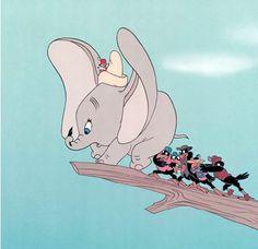 Tro kan flytte bjerge... Hvis man tror på sig selv, kan næsten alt lade sig gøre. Det finder Dumbo ud af, da han pludselig flyver kun ved hjælp af én fjer. Uden at vide det, har Dumbo hele tiden kunnet flyve, men han har aldrig turde prøve. Da han får en fjer i snablen, forsvinder frygten i ham. Senere har han så stor tro på sig selv, at fjeren ikke længere er nødvendig. For mange symboliserer fjeren også den store effekt en enkelt ting eller ven kan have på en anden person.