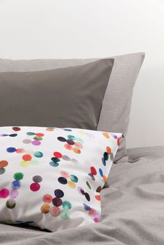 ZigZagZurich makes luxury bedding, duvet covers, curtains, throws and blankets, designed by artists using the finest quality materials made in Italy Luxury Bedding, Duvet Covers, Bed Pillows, Bedroom Ideas, Pillow Cases, Textiles, Curtains, Blanket, Artist