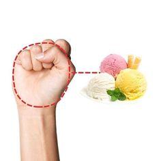 Voici une astuce pour maigrir que vous devez connaître si vous faites un régime. Si vous essayez de perdre du poids ? Voici une méthode géniale et ultra facile pour calculer les bonnes portions alimentaires à chaque coup. Grâce à cette astuce, fini de mesurer tous vos ingrédients avec une balance de cuisine ou un verre-mesure. Vous calculez toutes vos portions de nourriture en utilisant uniquement vos doigts, vos pouces et la paume de votre main. Regardez : Nutrition, Healthy Life, Voici, Hui, Food, Simple, Losing Weight Tips, Food Portions, Eating Well