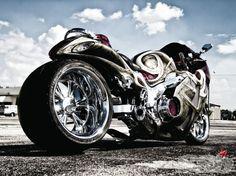 A spicy southeastern blend of diamond cuts, candy colors and big, fat rubber on this custom 2004 Suzuki Hayabusa! énorme pneu a l'arrière Suzuki Motorcycle, Moto Bike, Motorcycle Gear, Custom Hayabusa, Yzf R125, Mustang, Custom Sport Bikes, Biker Boys, Suzuki Hayabusa