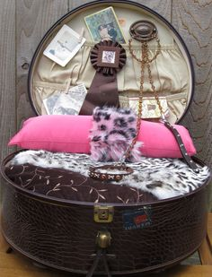 Vintage Suit Case Pet Bed by lazeebonze on Etsy, $225.00 Ideas for back of pet bed for sachi