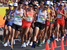 陸上男子20キロ競歩決勝、コースを力強く周回する松永大介(中央左)と藤沢勇(右端)=リオデジャネイロのポンタル周回コースで2016年8月12日、三浦博之撮影