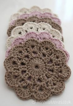 tremendous cute coasters–pattern from pattern by Jessica VenturePeppermint Coasters – Free Crochet PatternThis DIY Crochet Happy Hoodie is as cute as can be! Beau Crochet, Crochet Diy, Easy Crochet Patterns, Love Crochet, Crochet Motif, Beautiful Crochet, Crochet Crafts, Crochet Flowers, Crochet Stitches
