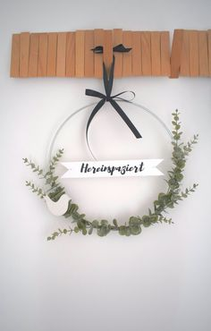 DIY door wreath with freshness guarantee – Kreativ-welt.de – Diy Home Decoration Advent Wreath, Diy Wreath, Door Wreaths, Fall Wreaths, Porte Diy, Fleurs Diy, Diy Bags Purses, Theme Noel, Nature Decor