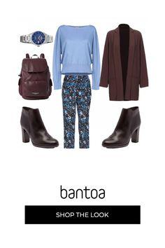 Pantalone fantasia con giacca marrone senza abbottonatura se maglia azzurro polvere. gli stivaletti in tinta con la giacca si abbinano allo zaino