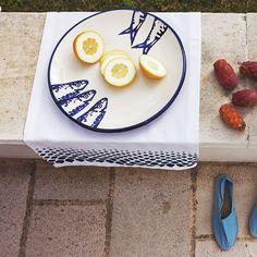 Piatto in ceramica con decorazione motivo pesci. Bordo a contrasto. Made in Portugal.